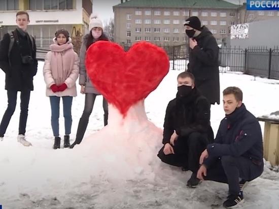 Снежный арт-объект в виде сердца появился в Пскове