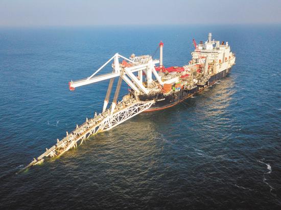 Вопреки претензиям Европарламента, угрозам новых американских санкций и отказу от участия в проекте ряда зарубежных компаний, баржа «Фортуна» возобновила укладку последнего участка многострадального трубопровода «Северный поток-2» (СП-2) в датских водах Балтийского моря
