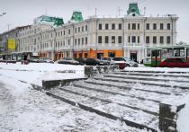 Омские остановки очищают от снега и наледи
