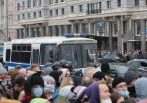 В Сети продолжают активно обсуждать видео с несанкционированных митингов в российских городах 23 января