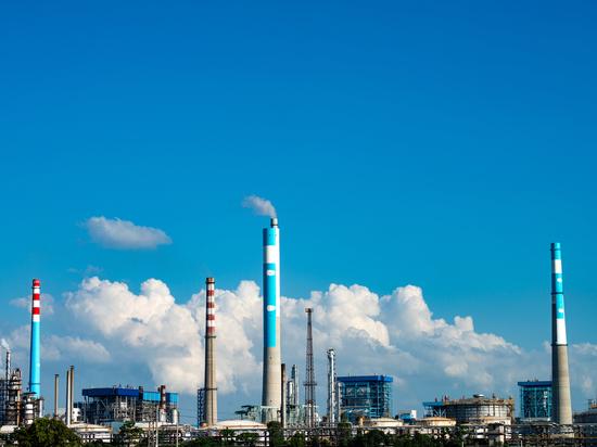 Объем загрузки российских нефтеперерабатывающих заводов (НПЗ) в прошедшем году упал до минимального значения за последние 10 лет