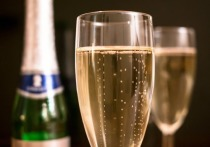 Похвастался в соцсети: в Ноябрьске родители напоили подростка шампанским и были оштрафованы