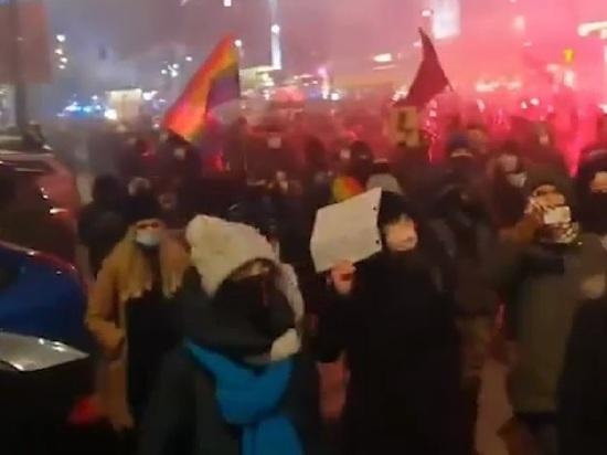 В Варшаве начались массовые протесты из-за запрета абортов