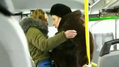 Кондуктор выпихнула из автобуса пассажирку без маски: кадры из Красноярска