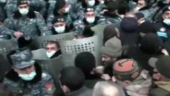 Толпа пошла на штурм Генпрокуратуры Армении: видео беспорядков