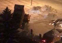 Площади в центре Красноярска засыпали тоннами снега