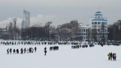 Несанкционированное шествие в Екатеринбурге вышло на лед Городского пруда