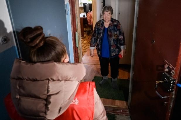 Пожилым людям помогают школьники из Волгограда, фото-2