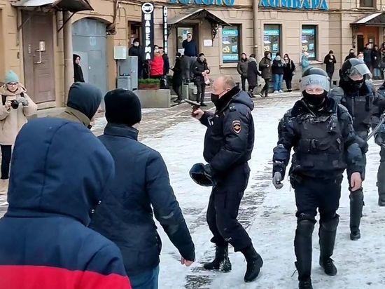 МВД Петербурга: полицейский обоснованно направил пистолет на людей