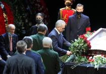 Купченко принесла на прощание с Лановым коробку с орденами мужа