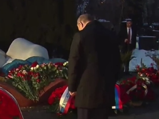 Путин поклонился могиле Ельцина