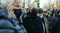 Юлия Навальная приехала в Мосгорсуд: черное пальто и маска