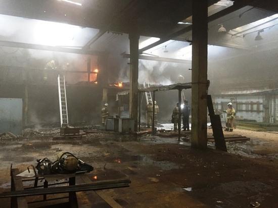 В Чебоксарском районе восемь пожарных машин тушили загоревшийся ангар