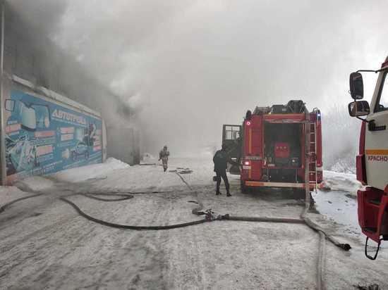 В Красноярске горит крупный склад автозапчастей