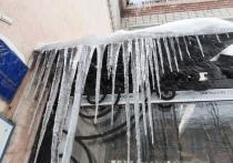 Вологжане возмущаются уборкой снега и сосулек с жилых домов