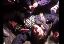 Источник в правоохранительных органах сообщил, что Росгвардия проверит действия сотрудника ОМОН, который ударил во время ночной несанкционированной акции в защиту Алексея Навального в Москве дубинкой по голове журналиста ютьюб-канала Real View Федора Худокормова