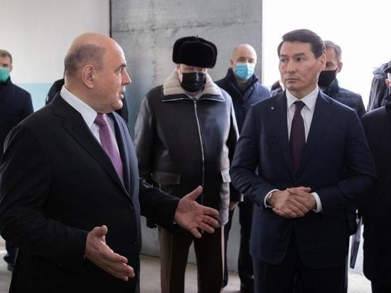 Председатель правительства России Михаил Мишустин накануне посетил девятиэтажку в Элисте, пострадавшую от прошлогоднего взрыва газа, хотя это и не предусматривалось программой его визита