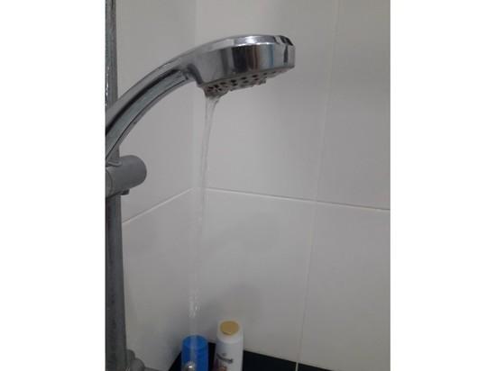 Воды нет, но вы держитесь: псковскую многоэтажку отключили от горячей воды на полгода