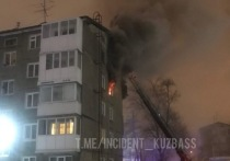 Три десятка пожарных тушили охваченную пламенем квартиру в кемеровской многоэтажке
