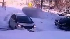 В Новосибирске глыба льда рухнула на машину с людьми