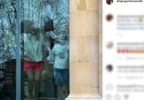 Пугачева предстала перед Галкиным в игривых розовых шортиках