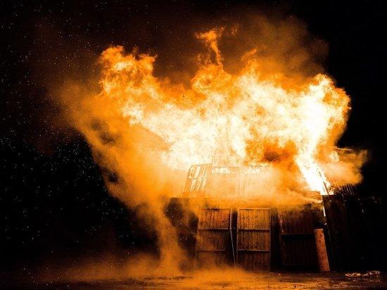 Двухэтажный многоквартирный дом сгорел в Мурманской области