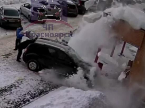 Камеры сняли падение снежной глыбы на автомобиль в Красноярске
