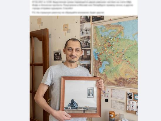 Знаменитая фотография с силовиком и портретом Путина продана за 2 млн рублей