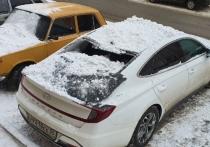 В Омске снег с крыши повредил автомобиль на проспекте Маркса