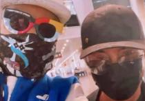В аэропорту Майами воскресным вечером русскоговорящие граждане с удовольствием лицезрели монстров отечественной эстрады – Валерия Леонтьева и Филиппа Киркорова