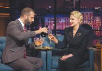 В пятницу актриса и режиссер вальяжно пила игристое в «Вечернем Урганте», а в понедельник делала загадочное лицо, отвечая на вопросы Владимира Познера