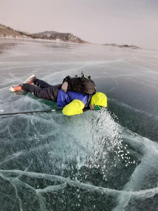 Прекрасный и опасный: лед Байкала в этом году ненадежен