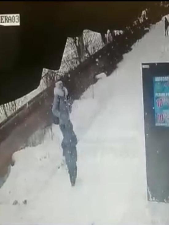 Жилинспекция Челябинской области проведет проверку по факту падения снега с крыши дома