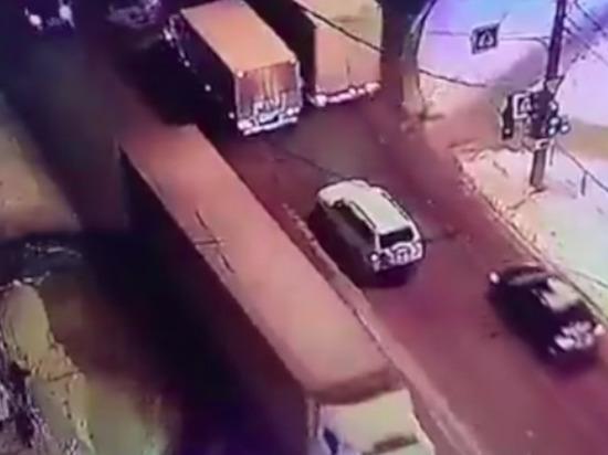 В Чебоксарах пешеход упал под колеса МАЗа