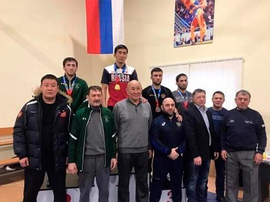 Калмыцкие борцы завоевали путевки на всероссийские турниры