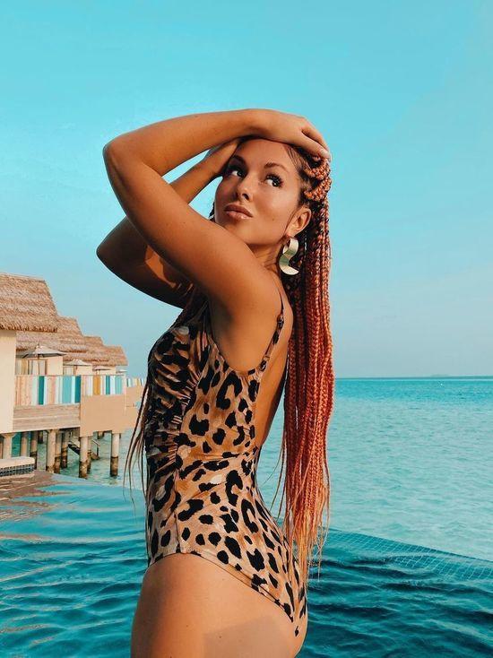 Нюша на Мальдивах показала поклонникам реальный размер груди