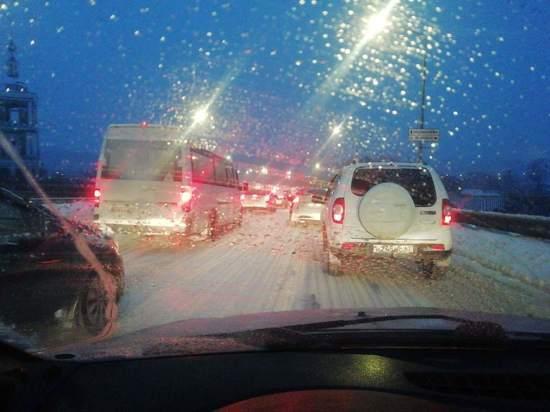 Снегопад в Смоленске испытывает водителей на прочность: очень много аварий