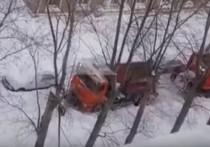 В Рязани застряла снегоуборочная машина