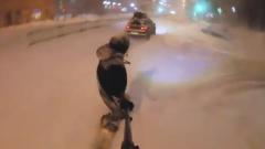 Сноубордист устроил покатушки по заснеженным улицам Москвы: видео