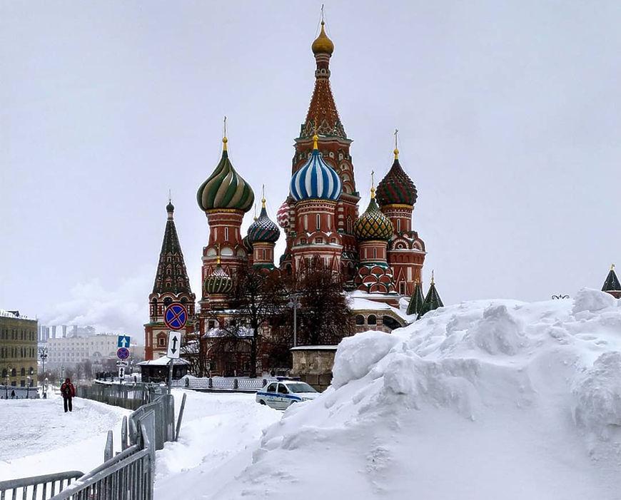 Аномальный снегопад разбушевался в Москве: кадры заметенных улиц