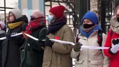 Девушки выстроились в «цепь солидарности» с Юлией Навальной: видео