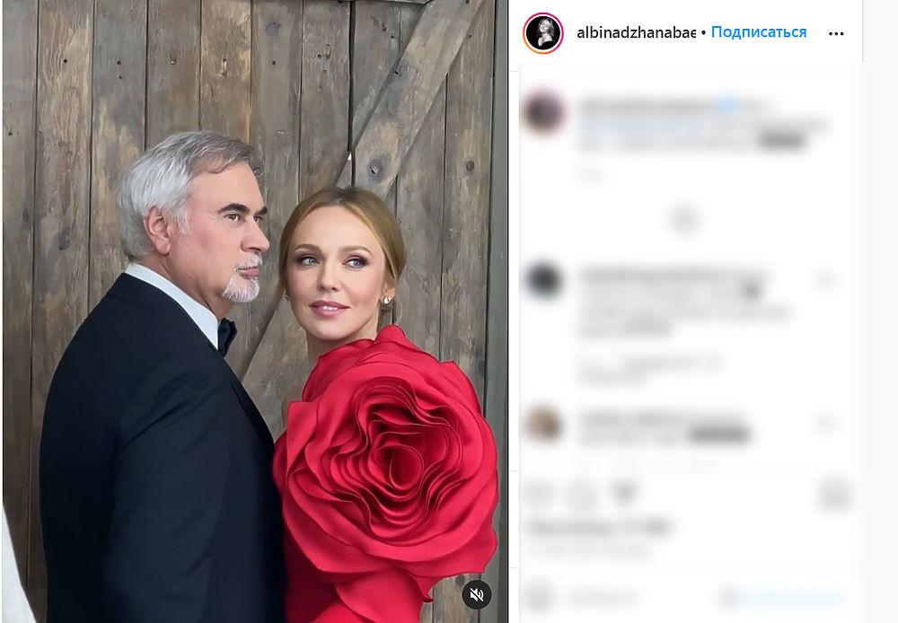 Звездные пары поделились чувствами в День всех влюбленных: романтичная фотогалерея
