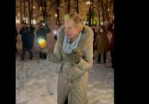 Собчак и Лазарева вышли на акцию с фонариками