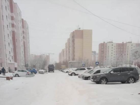 Припаркованные во дворе авто помешали уборке снега в Новом Уренгое