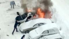 В Балашихе горящую машину тушили снегом