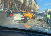 В ДТП с участием четырех машин в центре столицы пострадали два человека