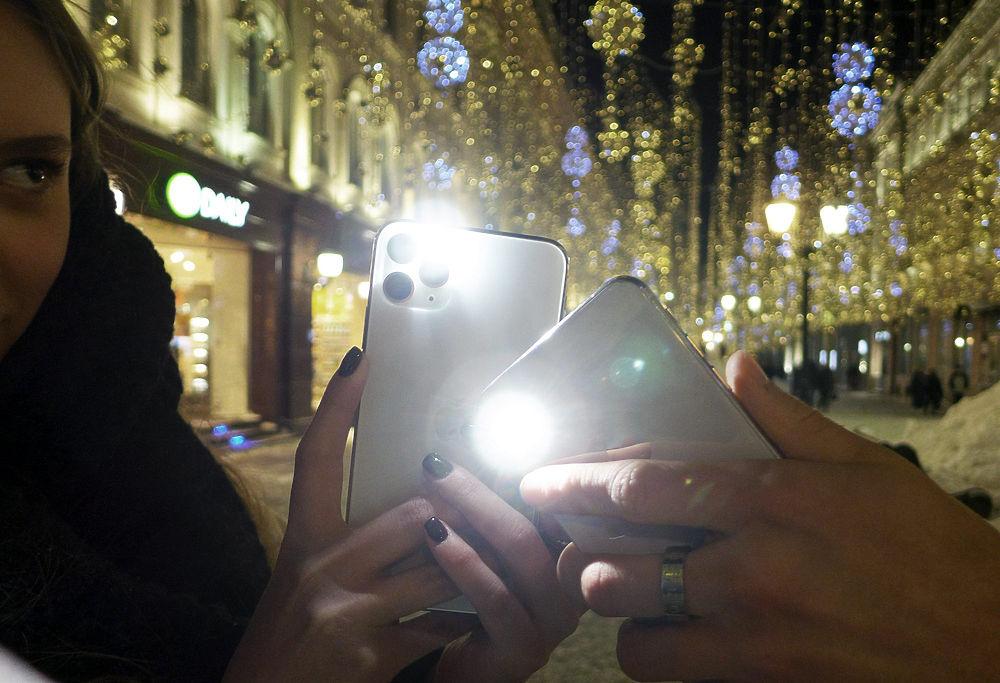Флешмоб с фонариками поддержали Лазарева, Собчак: кадры с улиц Москвы