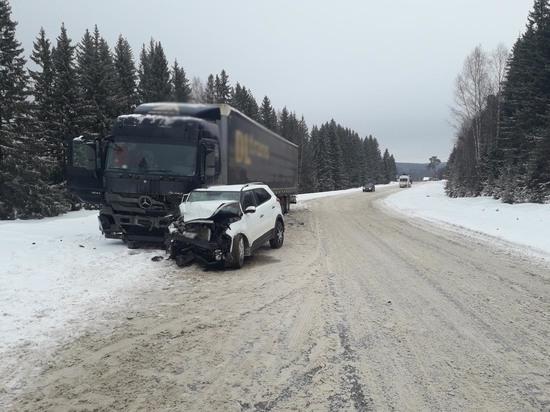 Легковой автомобиль и фура столкнулись на трассе в Удмуртии