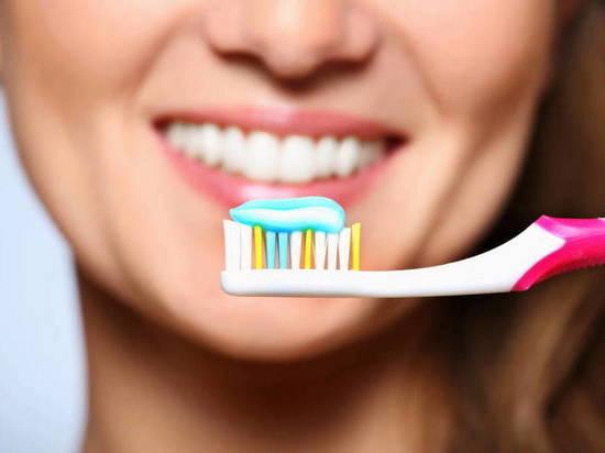Стоматолог рассказал о частых ошибках во время чистки зубов