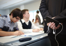 В Минпросвещения задумались о запрете использования в школах мобильных телефонов